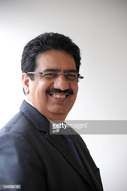 LES SALARIES D'ABORD LE PARI RISQUE MAIS REUSSI D'UN GRAND PDG INDIEN Vineet Nayar chairman of Indian HCL Technologies poses at HCL Paris Office in...