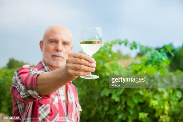 Dueño de la viña con su cosecha