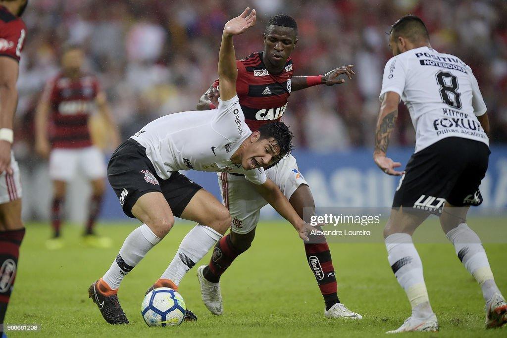 Vinicius Junior (R) of Flamengo struggles for the ball with Balbuena of Corinthians during the match between Flamengo and Corinthians as part of Brasileirao Series A 2018 at Maracana Stadium on June 03, 2018 in Rio de Janeiro, Brazil.