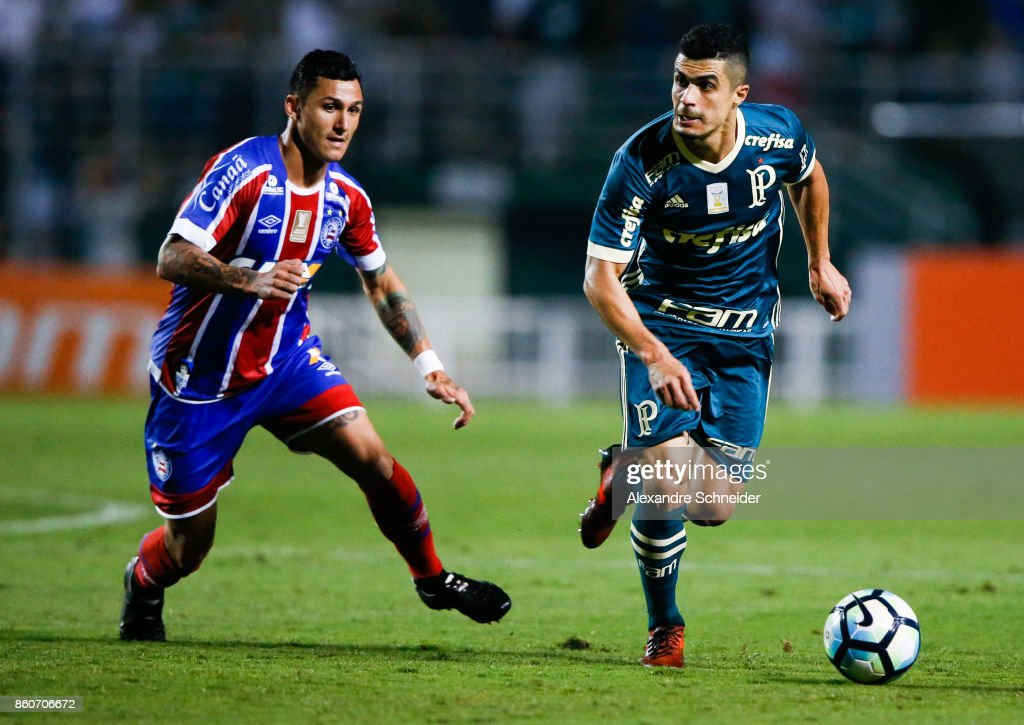 Vinicius (L) of Bahia and Egidio of Palmeiras in action during the match between Palmeiras v Bahia for the Brasileirao Series A 2017 at Pacaembu Stadium on October 12, 2017 in Sao Paulo, Brazil.