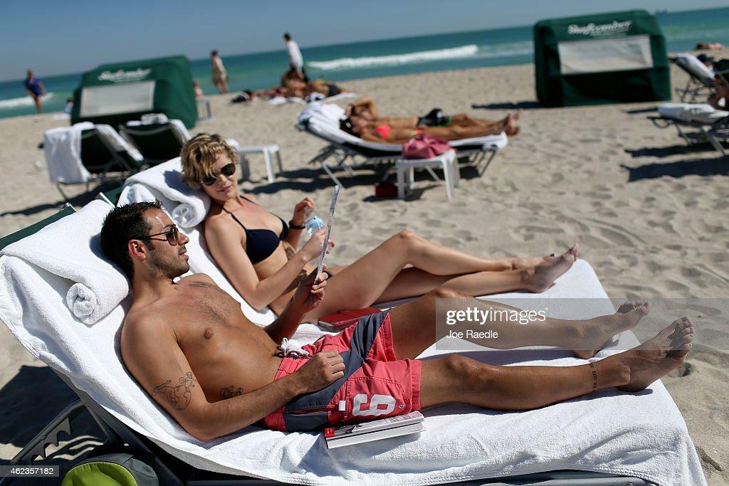 Stranded Travelers Take Refuge On Miami's Beaches : ニュース写真