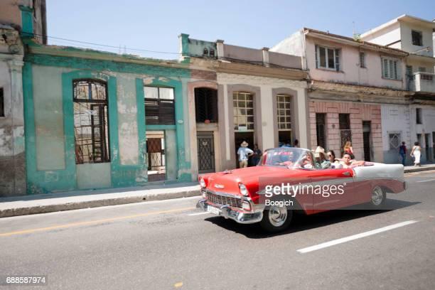 Vintage jaren 1950 auto rijden als Taxi in de straten van Havana Cuba