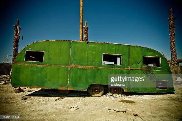 Vintage abandonado casa móvil en medio del desierto