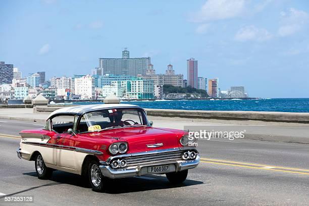 Jahrgang amerikanische Auto auf dem Malecon, Havanna, Kuba