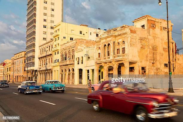Jahrgang amerikanische Autos Stellen entlang dem Malecon in Havanna, Kuba