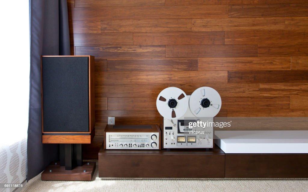 Vintageaudiosystem in modernen minimalistischen interieur stock