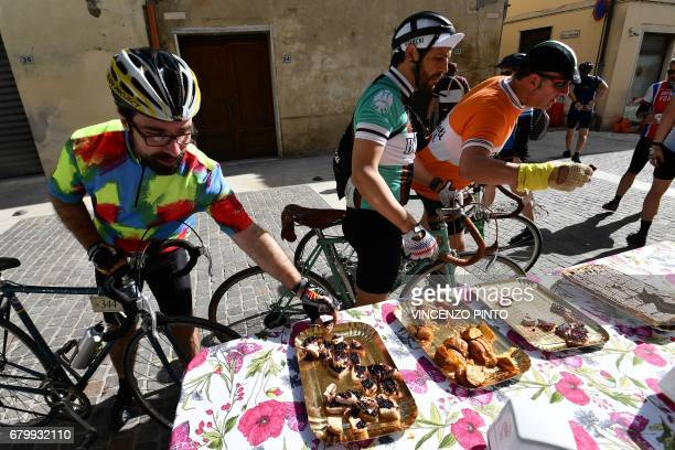 Vintage bicycle's enthusiasts eat at a refueling area during the 'Eroica Montalcino' festive event on May 7 2017 near Montalcino L'Eroica Montalcino...
