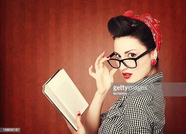 Ler um livro Vintage brunette