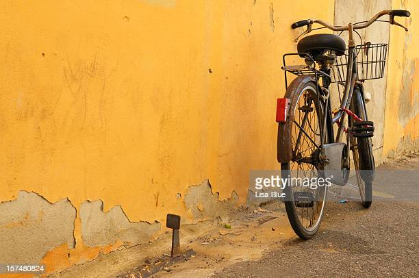 vintage bycicle leaning grunge concrete wall alley - leaning stock pictures, royalty-free photos & images