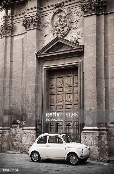 ヴィンテージカーの前には、イタリア・シチリア Palermo-教会