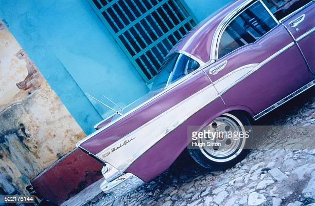 vintage car in front of a house in cuba - hugh sitton stock-fotos und bilder