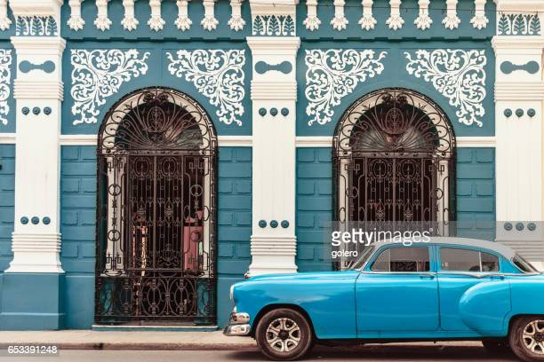vintage car in front of colonial style house in camagüey cuba - cuba foto e immagini stock