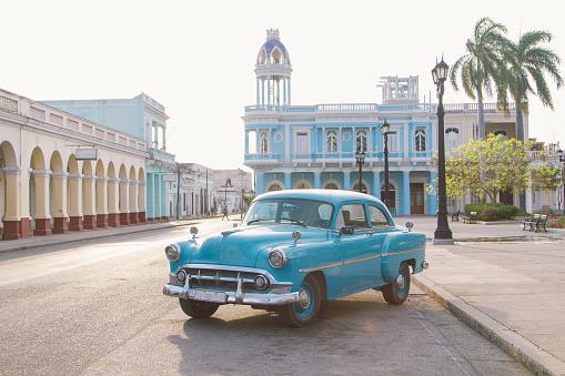 Vintage car in Jose Marti square, Cienfuegos, Cuba - gettyimageskorea