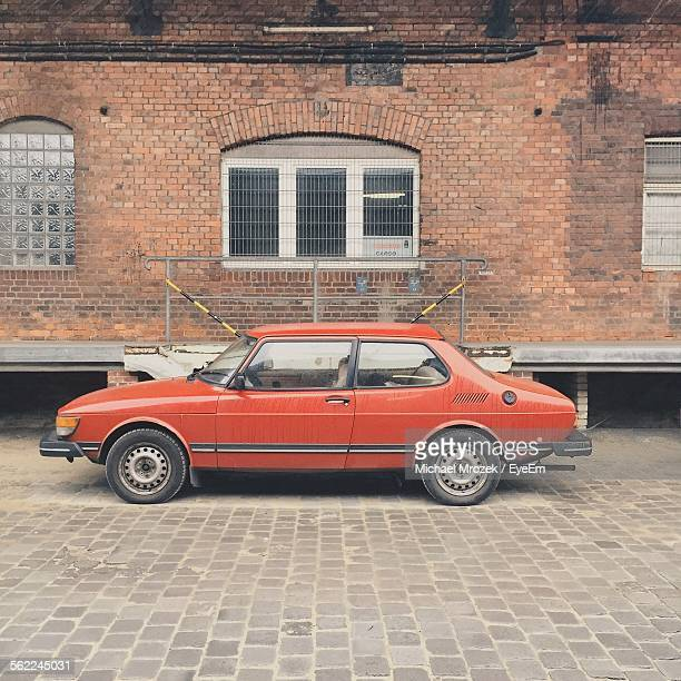 vintage car parked against building on street - vintage car stock pictures, royalty-free photos & images