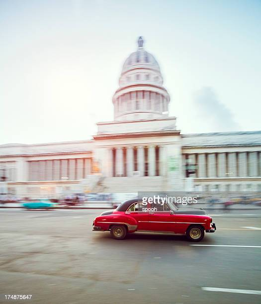 Vintage car avanzado en frente del Capitolio en la Habana, Cuba