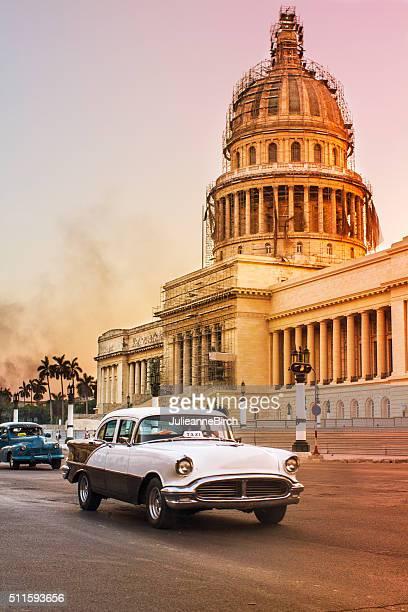 Vintage automóveis fora Capitolio pelo anoitecer