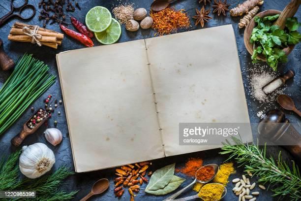 スパイスとハーブのヴィンテージ料理本 - 料理本 ストックフォトと画像