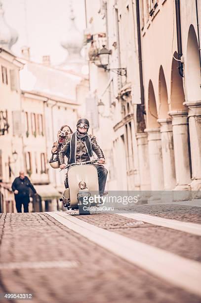 Retro Paar mit Vespa-Roller in Italien