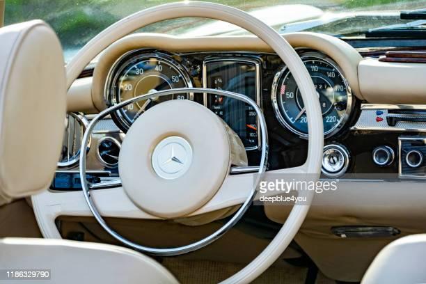 vintage armaturenbrett der deutschen mercedes 280 sl cabriolet - mercedes benz markenname stock-fotos und bilder