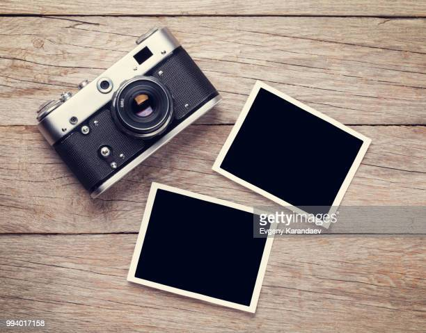 vintage film camera and two blank photo frames - opslagmedia voor analoge audio stockfoto's en -beelden