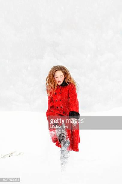 ビンテージ Girl In Red コートでのプレー、雪の嵐