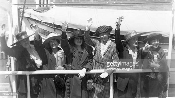 vintage image of women waving good-bye - 20 a 29 años fotografías e imágenes de stock