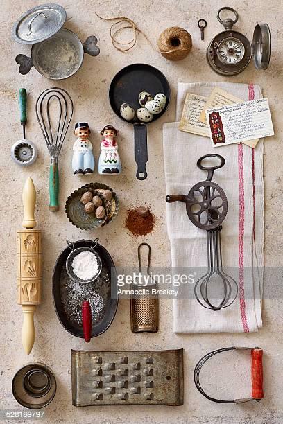 vintage kitchen baking tools - pan keukengereedschap stockfoto's en -beelden