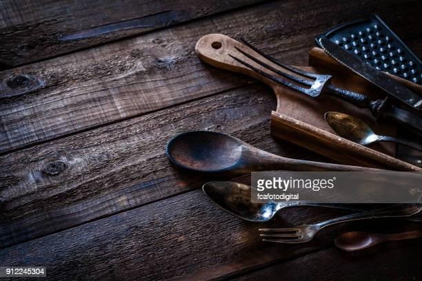 Utensilios de cocina Vintage tiro desde arriba en la mesa de madera rústica