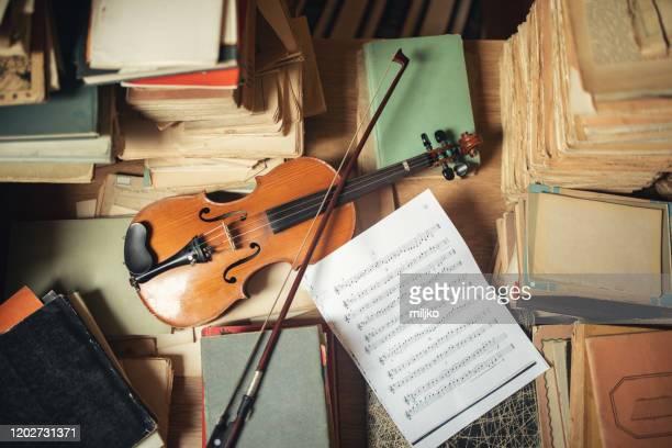 vintage library still life with violin - violino foto e immagini stock