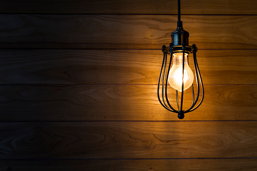 vintage light bulb with wooden background - gettyimageskorea
