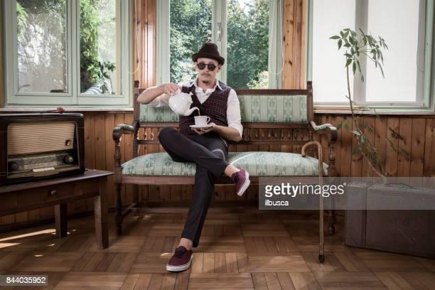 Vintage-Mann Tee trinken