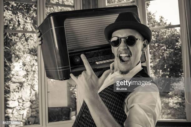 彼のラジオを聞いているヴィンテージの男性 - パンクロック ストックフォトと画像