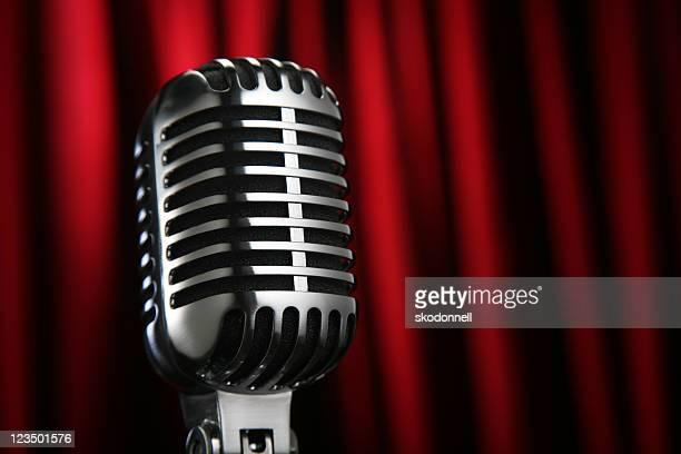 Micrófono Vintage contra una cortina roja