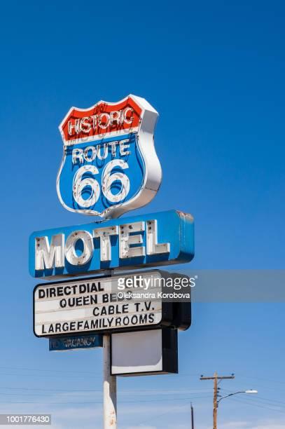 vintage motel sign along the historic route 66 in arizona. - amerikanische kontinente und regionen stock-fotos und bilder