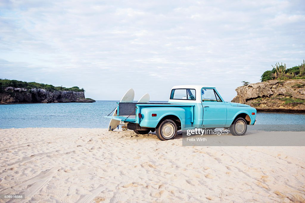 Vintage pickup truck on beach : ストックフォト