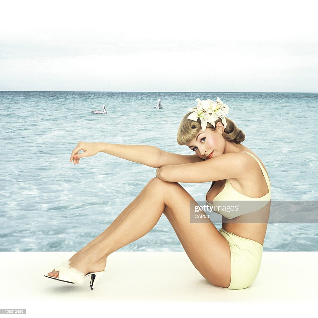 Vintage Pin-up fille assis devant un fond de mer : Photo