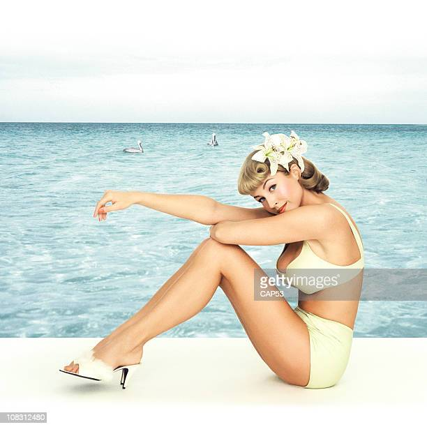 Vintage Pin-up fille assis devant un fond de mer