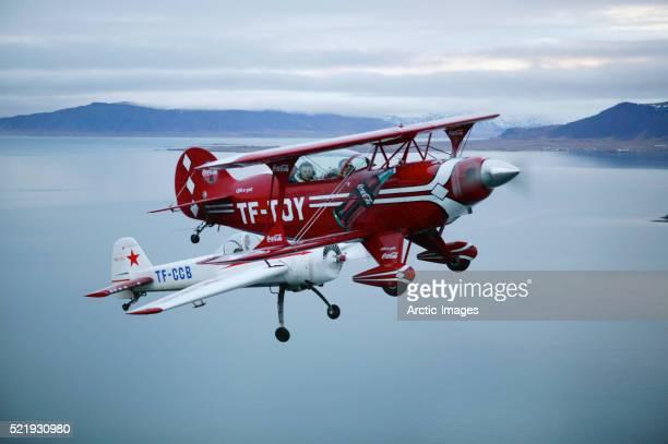 vintage planes in flight - doppeldecker flugzeug stock-fotos und bilder