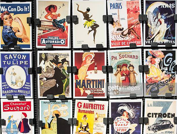 vintage posters and advertisements for sale at traditional bookstall, paris - franse cultuur stockfoto's en -beelden