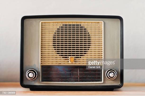 vintage radio, studio shot - radio hardware audio fotografías e imágenes de stock