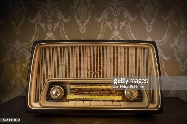 vintage radio with european radio stations - radio antigua fotografías e imágenes de stock