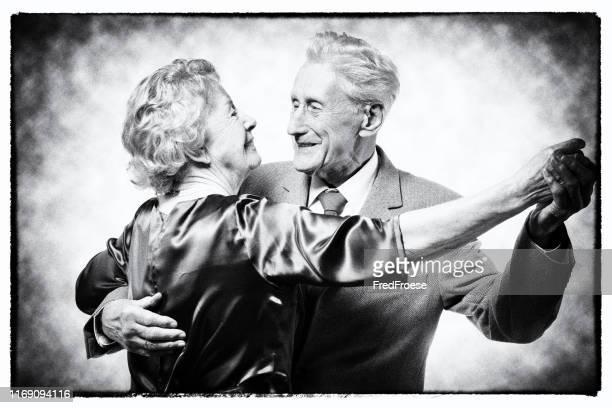 vintage-senior paar dansen - gewalt stockfoto's en -beelden