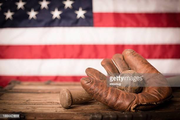 Vintage Sportgeräte vor amerikanischen Flagge