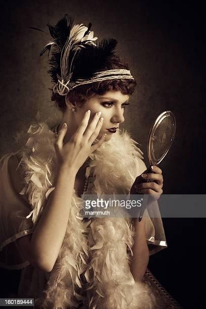 style vintage Femme à la recherche d'elle-même dans le miroir