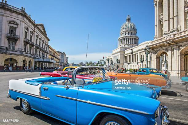 vintage taxis on street in city on sunny day - cuba foto e immagini stock