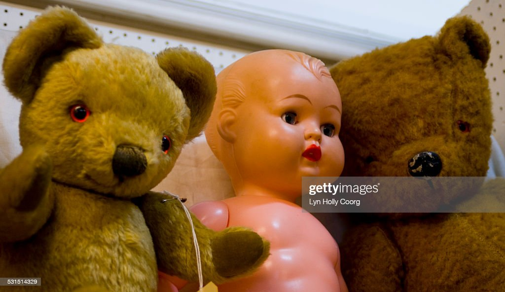 Vintage teddy bears and doll in market stall : Stock Photo