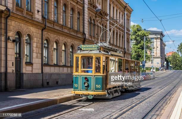 tour in tram vintage di helsinki con sfondo edilizio storico - helsinki foto e immagini stock