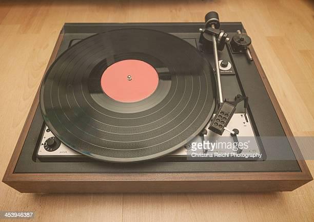 vintage turntable with record - opslagmedia voor analoge audio stockfoto's en -beelden