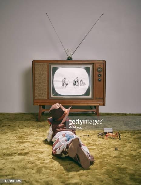 ビンテージ テレビと小さな少年カウボーイ - ウエスタン映画 ストックフォトと画像
