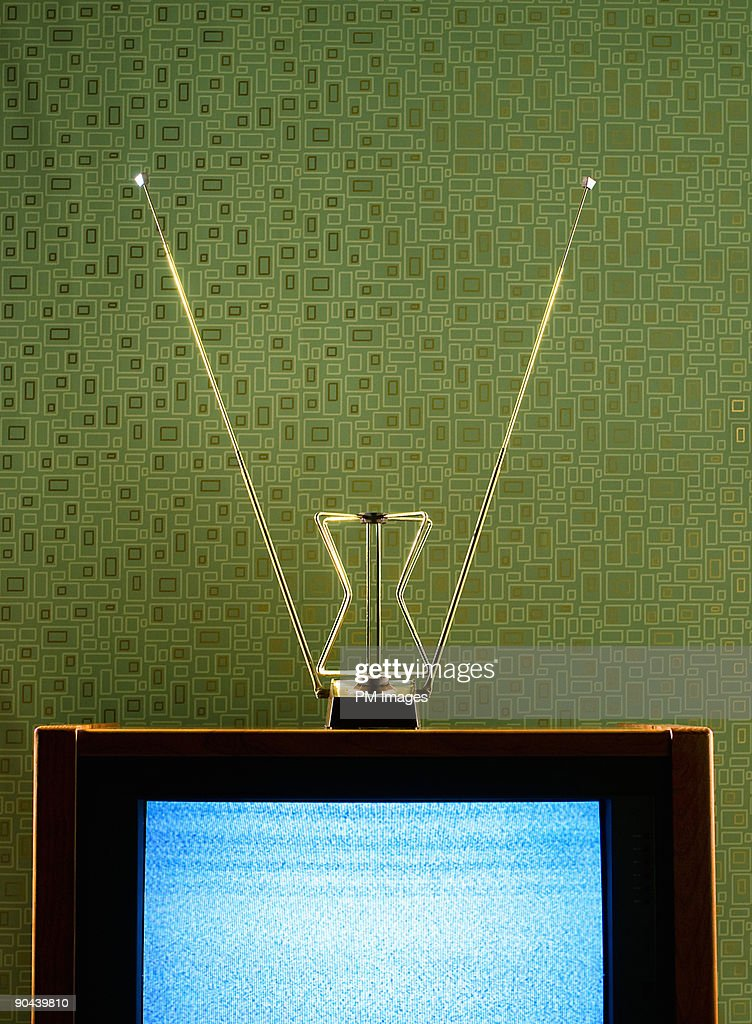 Vintage TV, antenna, and wallpaper : Foto de stock